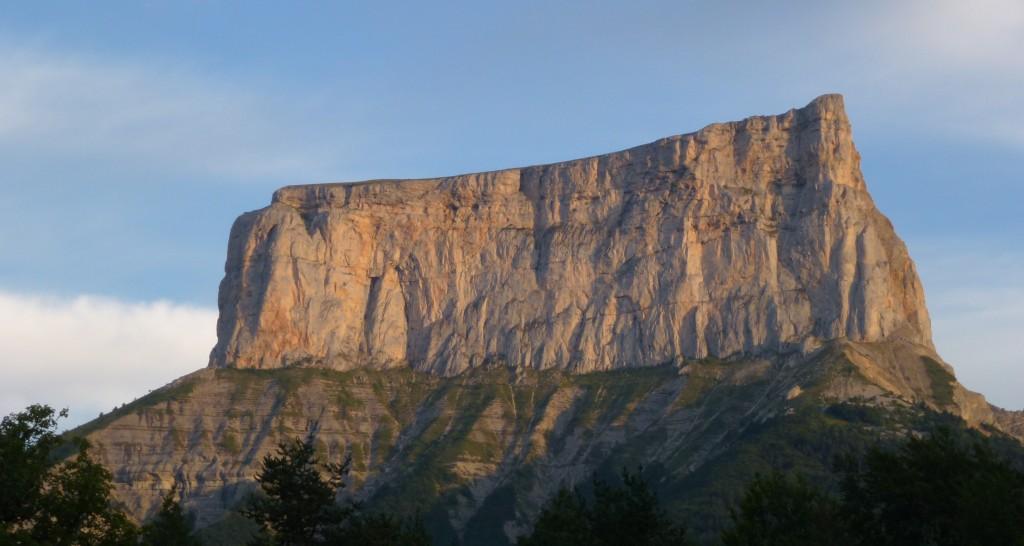Una insígnia del Alpinismo dicho cómo tal. Mont-Aguille, la conquista del Paraíso.